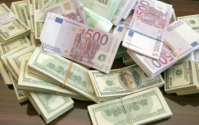 Купюры евро и долларов США