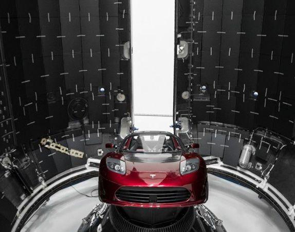 """""""Решили отправить что-то необычное"""". Маск показал Tesla, которая полетит в новой ракете"""
