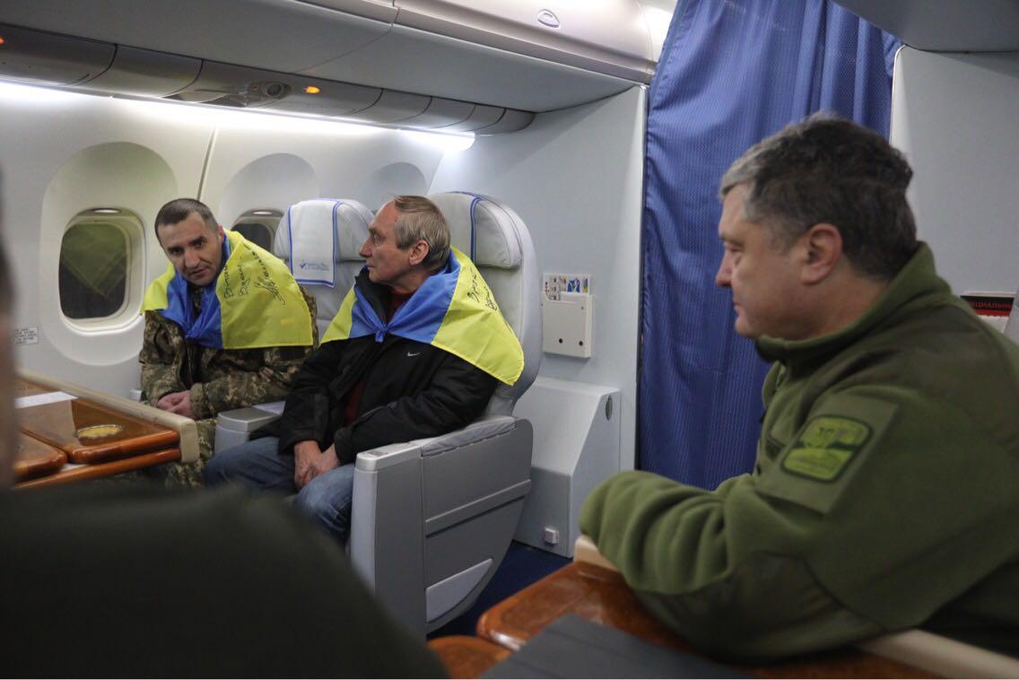Петр Порошенко вместе с освобожденными пленными летит в Киев.