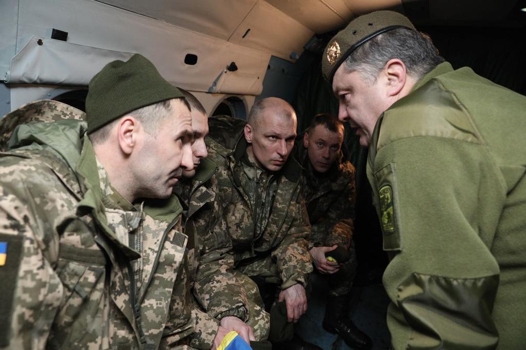 Петр Порошенко свтречал заложников.