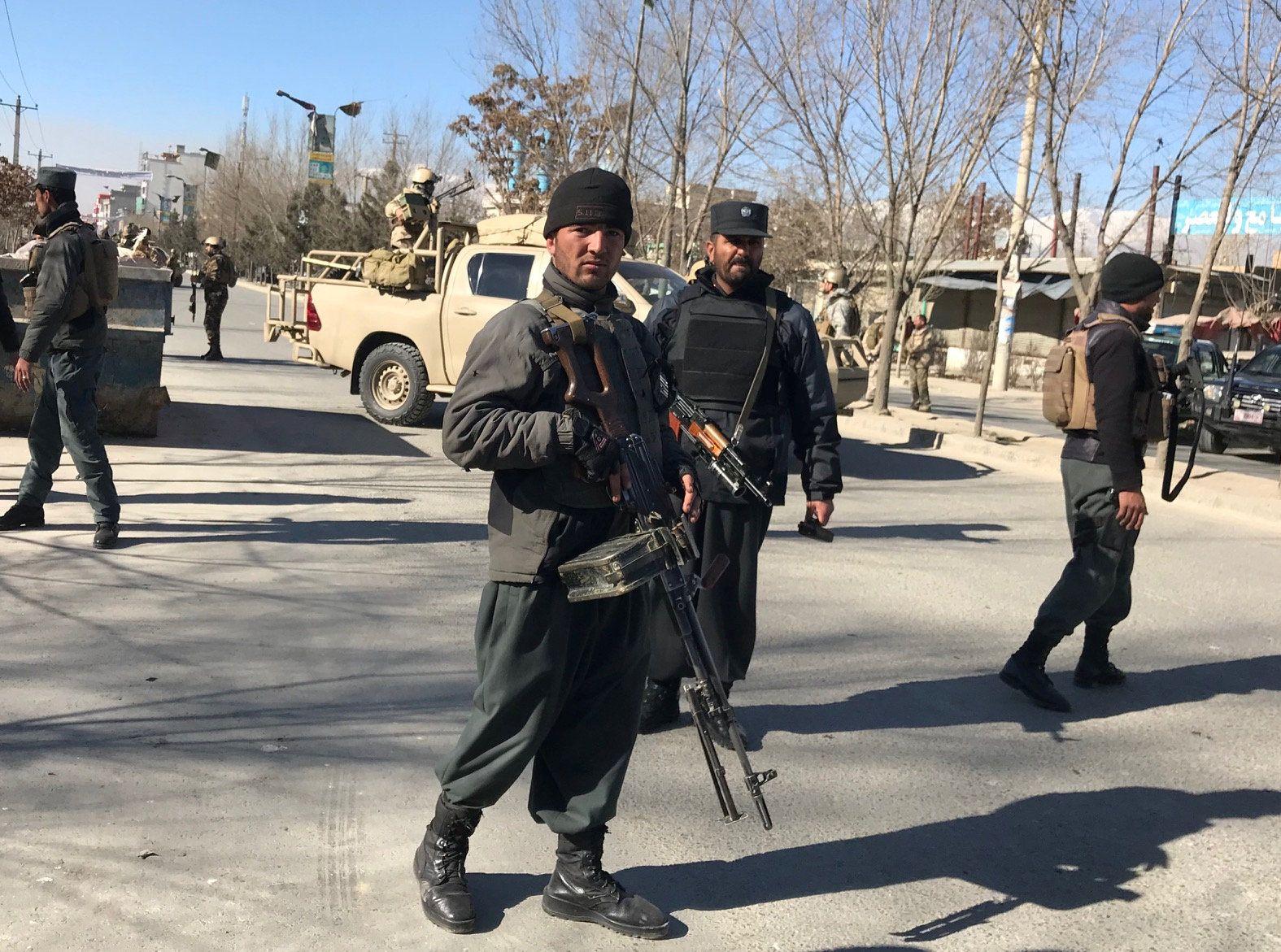 Афганские полицейские на месте взрыва.