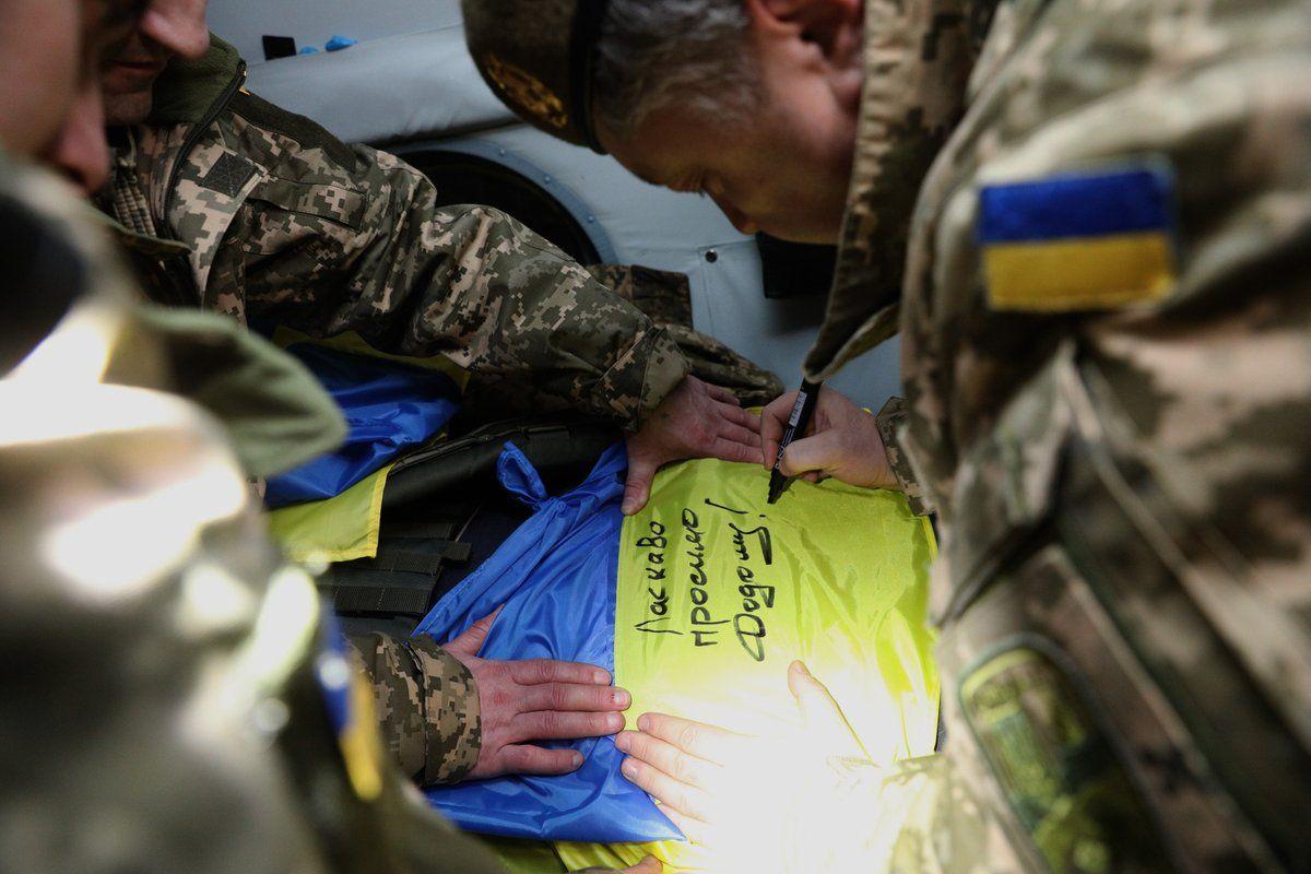 Петр Порошенко встречает пленных, иллюстрация.