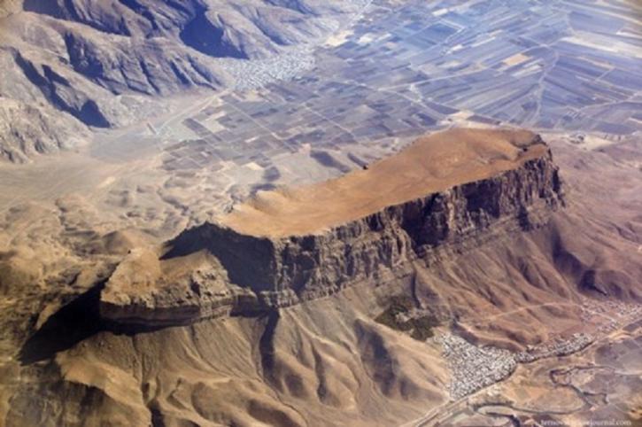 На вершине горы Арарат разбросаны обломки Ноева ковчега
