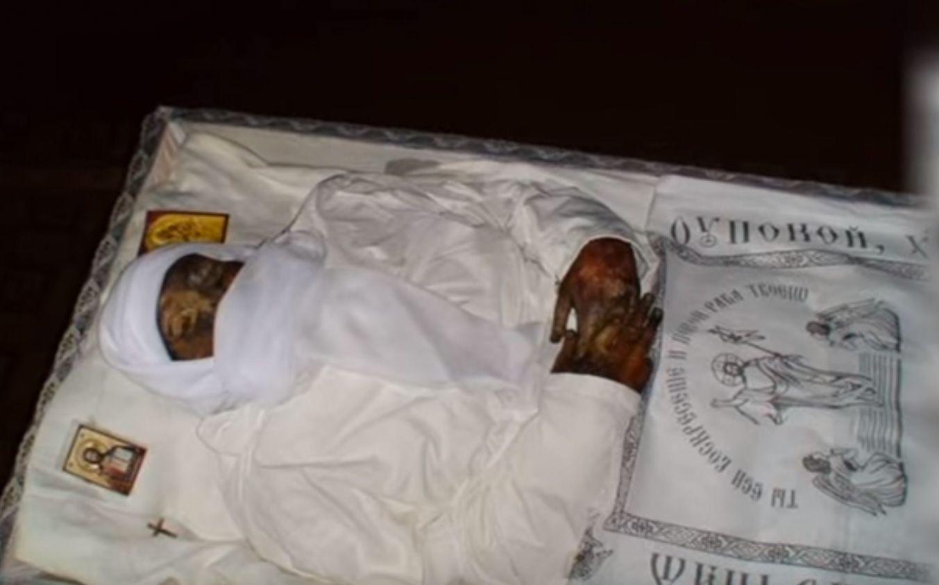 В Бортничах настоятель храма выкопал труп своей сожительницы