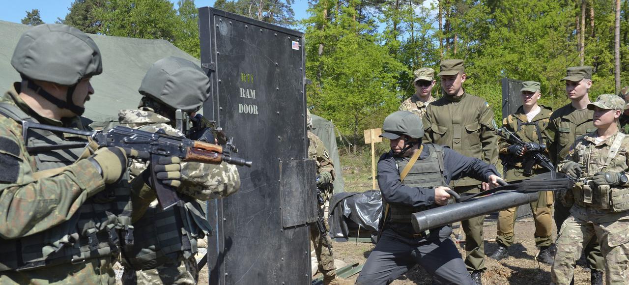 Украинские солдаты тренируются со своими американскими коллегами в Международном центре мира и безопасности им. Яворова. Фото: Reuters
