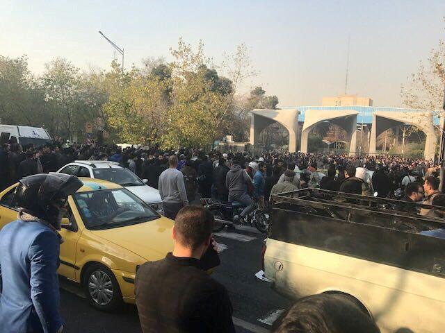 Участники акции протеста в Иране выступили против роста цен, скандировали антиправительственные лозунги