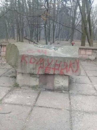 Во Львове сбросили с постамента памятник