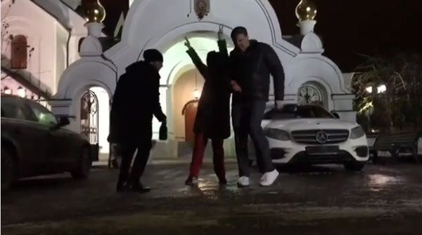 Собчак танцевала у храма.