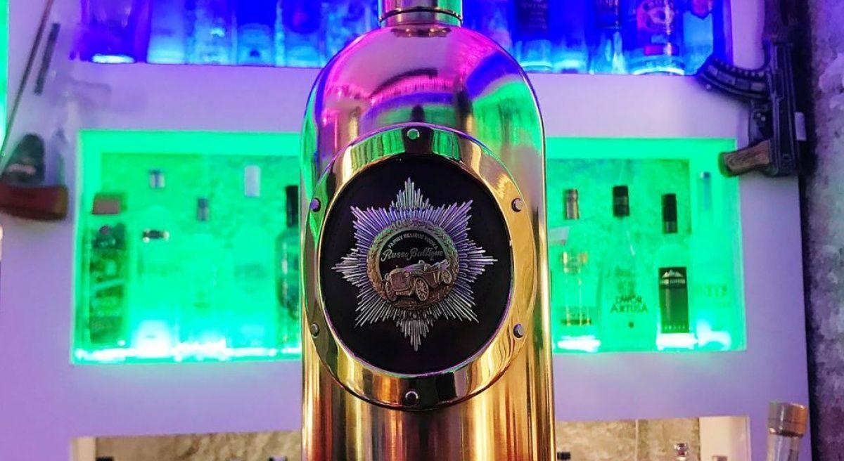 Бутылка водки на стойке бара Cafe 33,