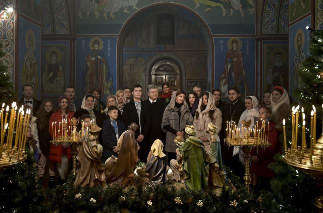 Петр Порошенко с семьей во время торжественной службы в церкви