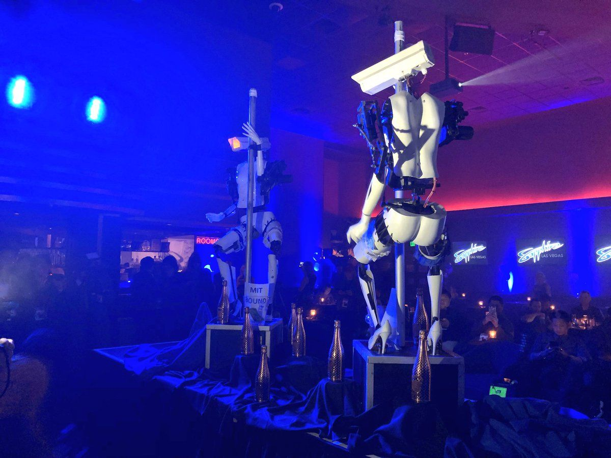 В США роботы показали стриптиз