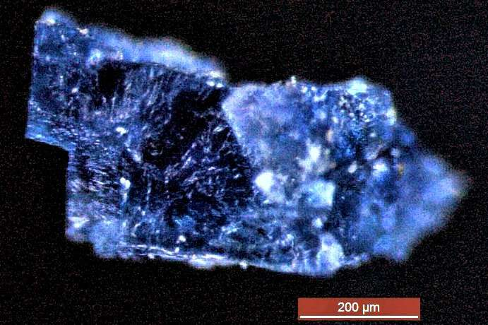 Синий кристалл образовался после падения метеорита, который упал около Марокко в 1998 году.
