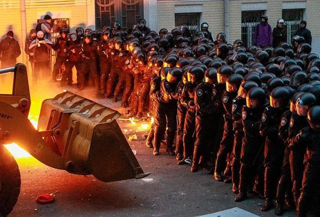 1 декабря 2013 года, Евромайдан, штурм Администрации Президента. Фото: REUTERS / Vasily Fedosenko