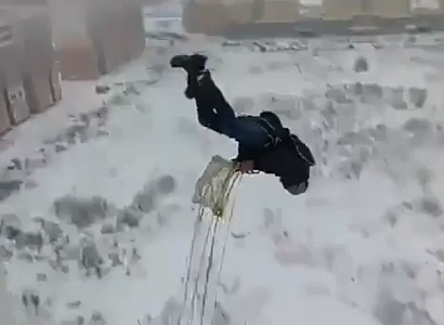 В России экстремал прыгнул с парашютом с балкона