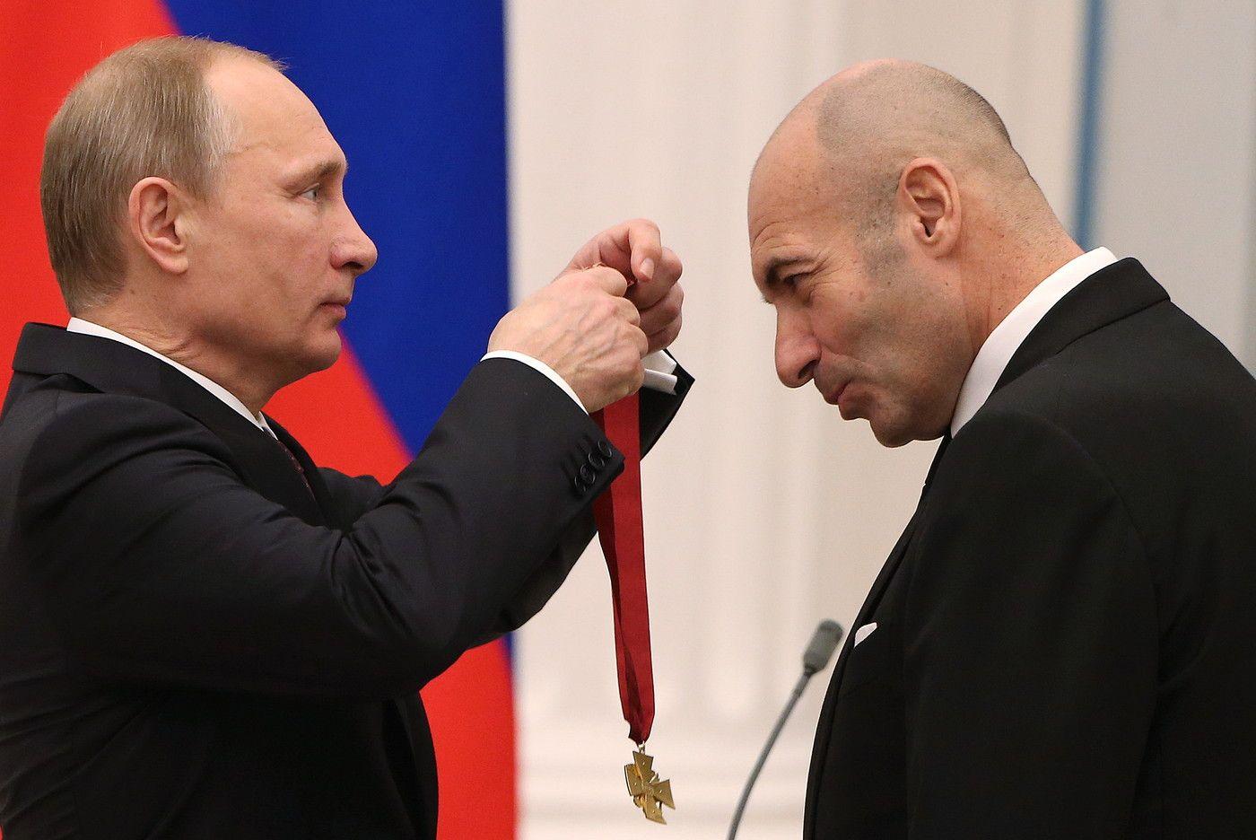 Владимир Путин вручает орден композитору Игорю Крутому.