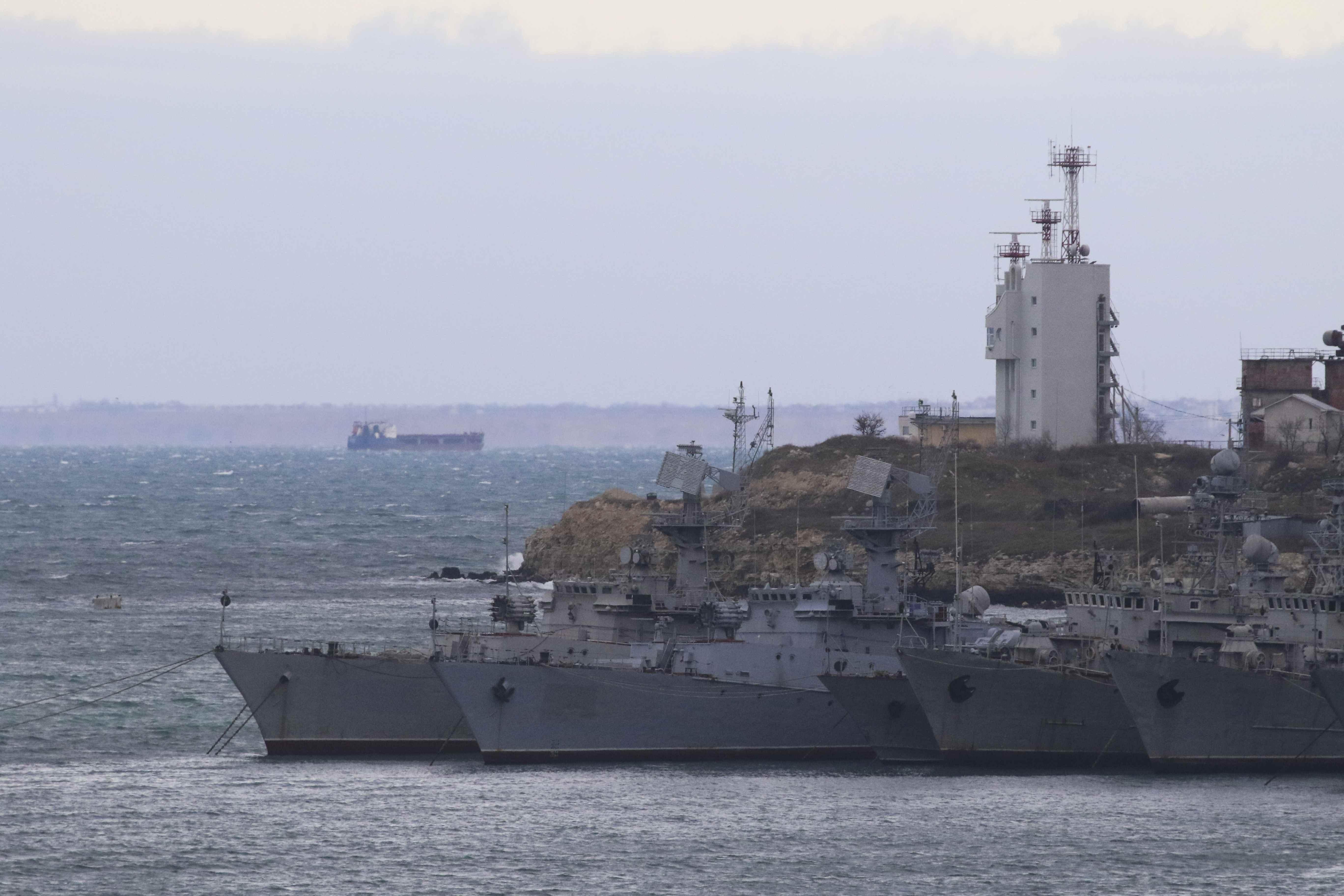 Украинские корабли в Крыму. иллюстрация.