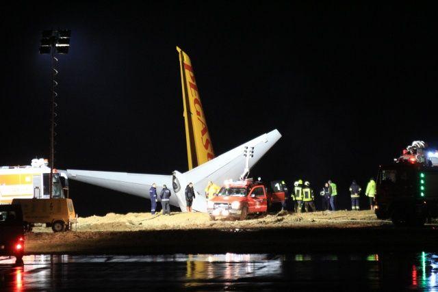 Самолет чуть не сполз в море.