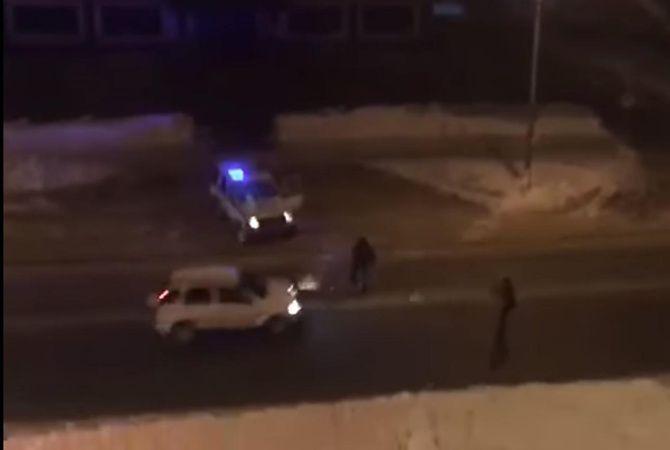 На летящий в лобовое стекло снег водитель никак не отреагировал.