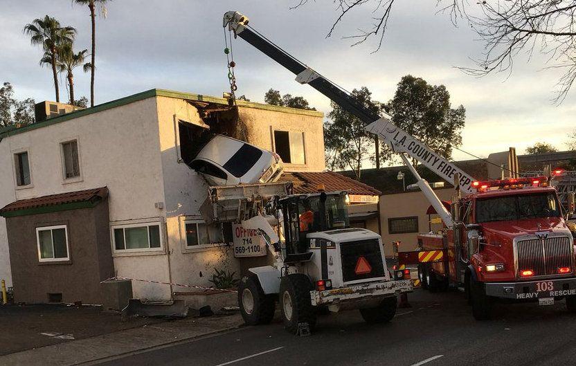 В Калифорнии авто из здания извлекала специальная пожарная машина