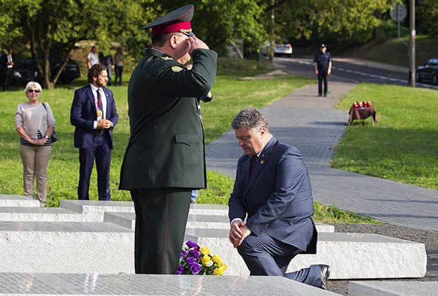 В июле 2016 года президент Петр Порошенко постоял на коленях у памятника жертвам Волынской резни в Варшаве. Однако исторический спор этот жест охладить не смог. Фото: Krystian Dobuszynski / Globallookpress.com