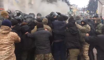 Под парламентом копам пришлось тушить зажженные митингующими шины