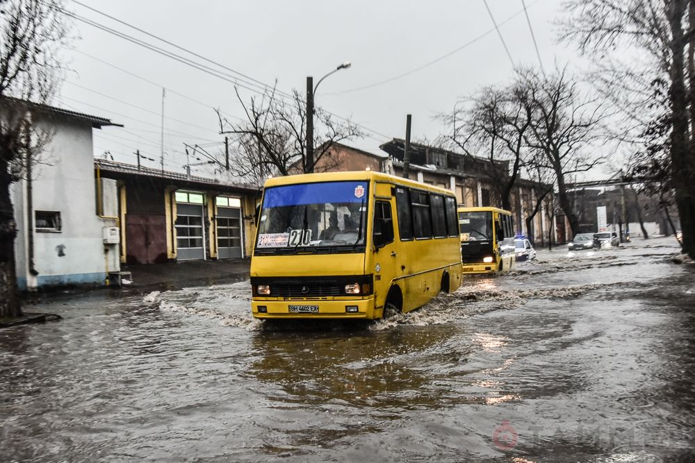 Центр Одессы полностью затопило водой. Фото и видео