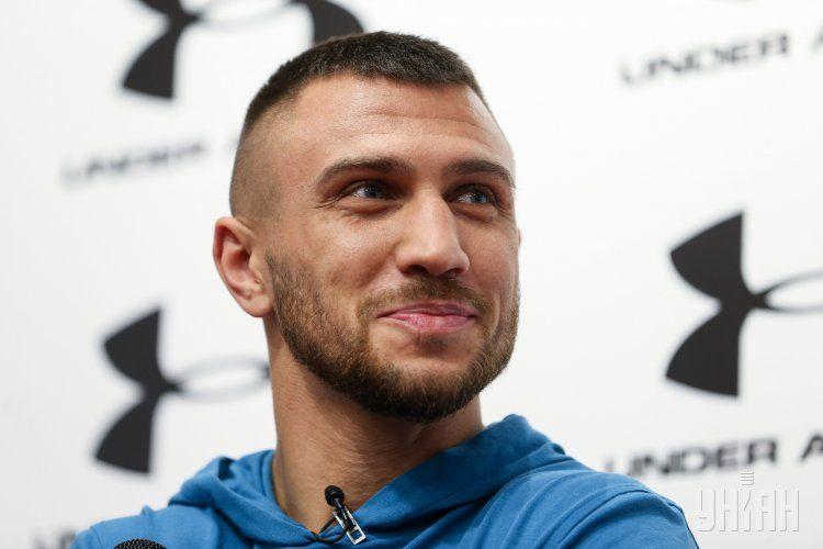 Промоутер сообщил, что Василий Ломаченко сможет использовать травмированную в бою руку через восемь недель