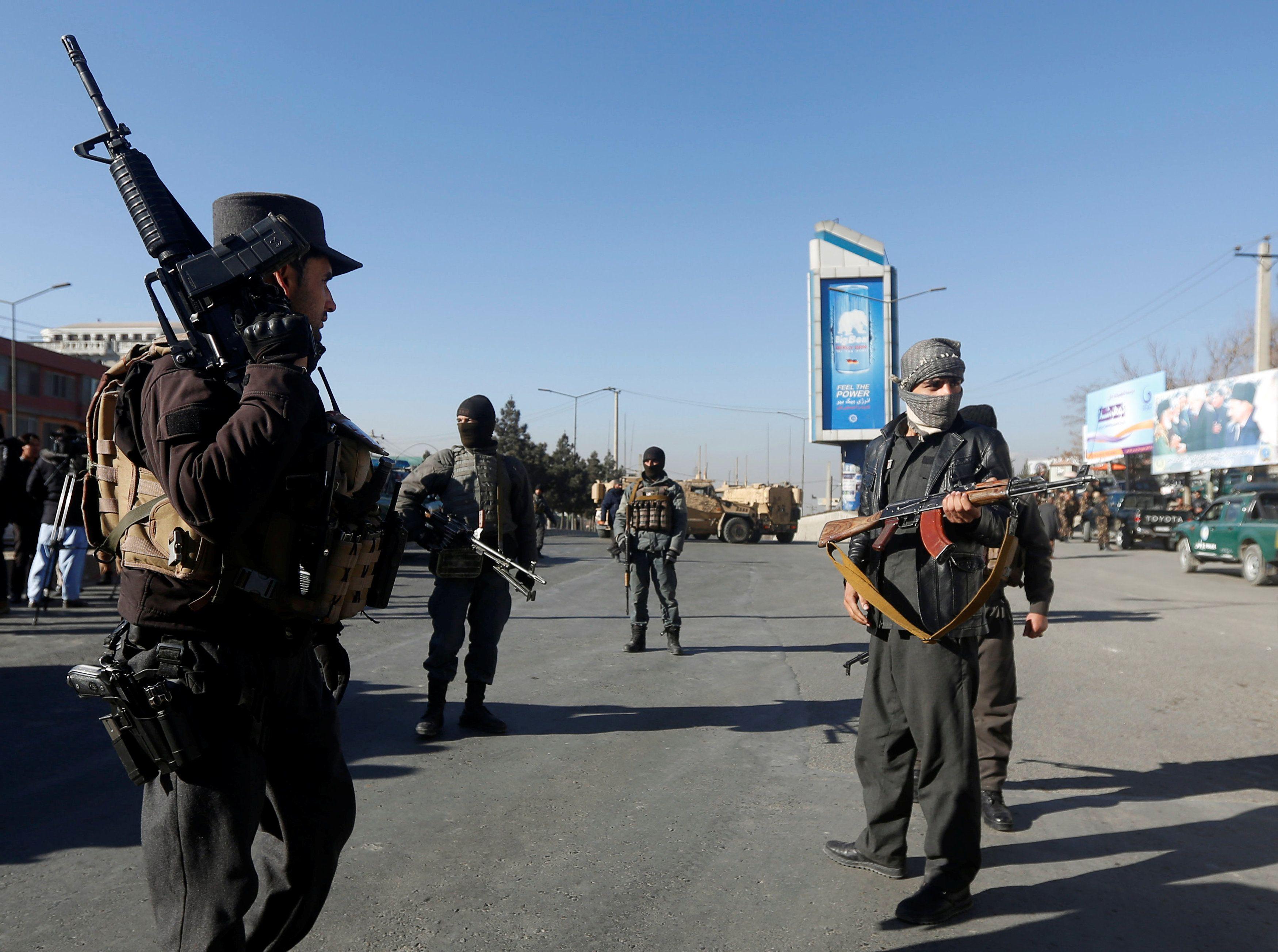 Афганские полицейские следят за воротами в Intercontinental Hotel в Кабуле.