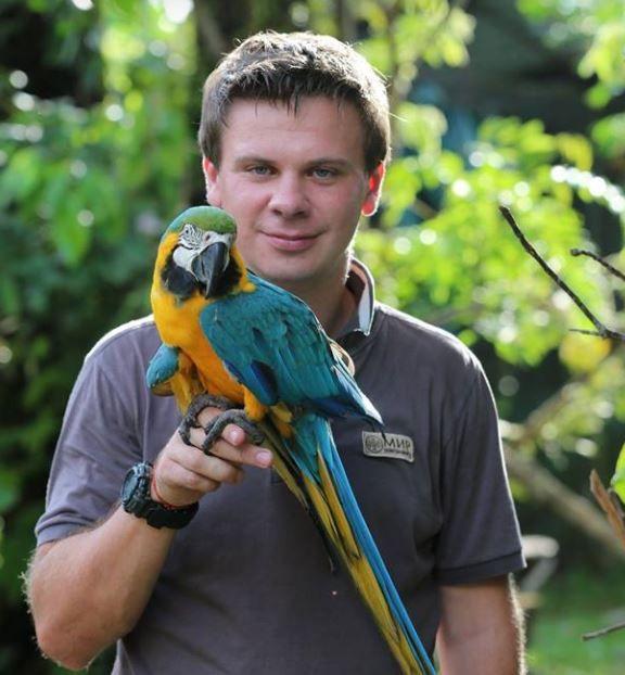 Телеведущий Дмитрий Комаров с попугаем