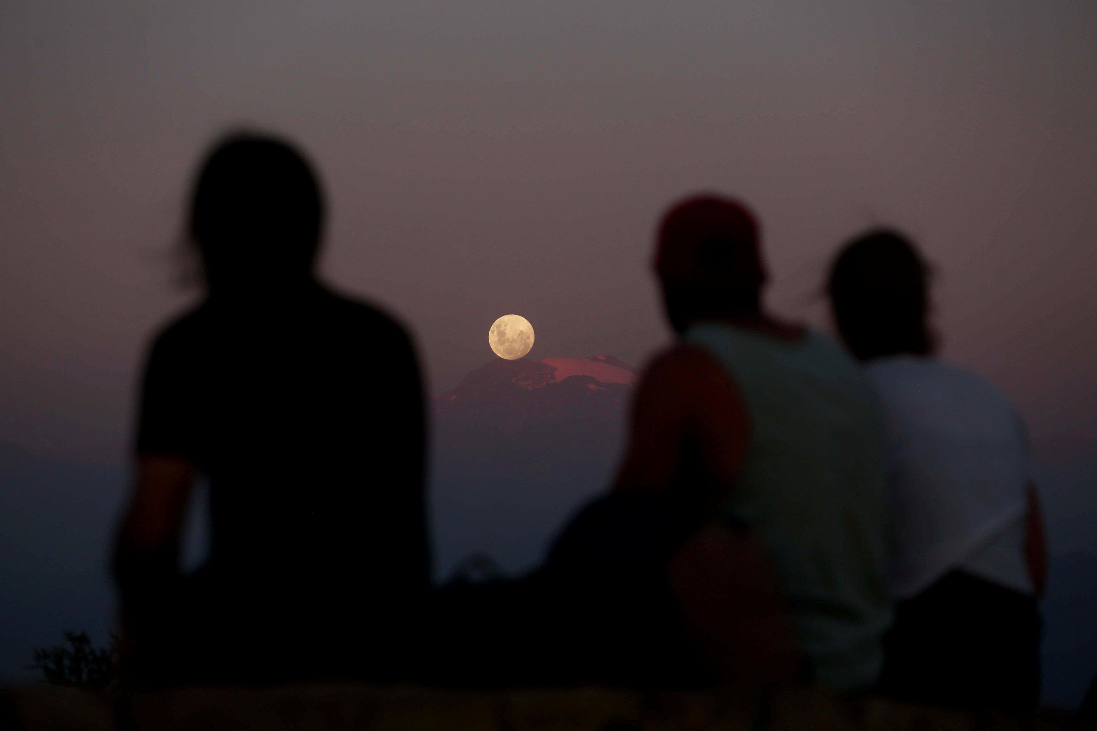"""""""Супер луна"""" поднимается над Чили."""