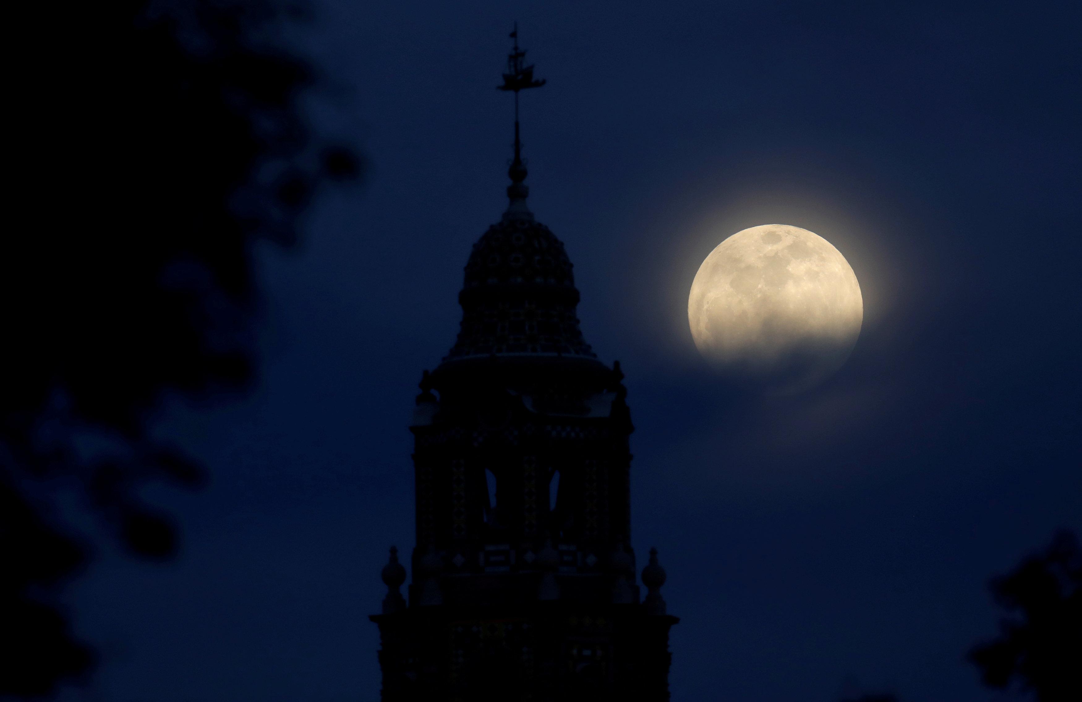 Яркая Луна в небе над Калифорнией
