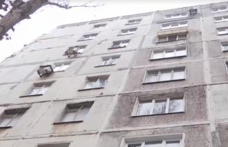 В Мариуполе во вторник две девочки спрыгнули с крыши многоэтажного