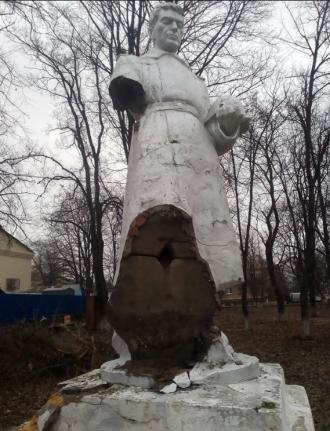 Неизвестные отбили или оторвали руку статуи солдата и лавровый венок, отметили в Гайворонского горсовете