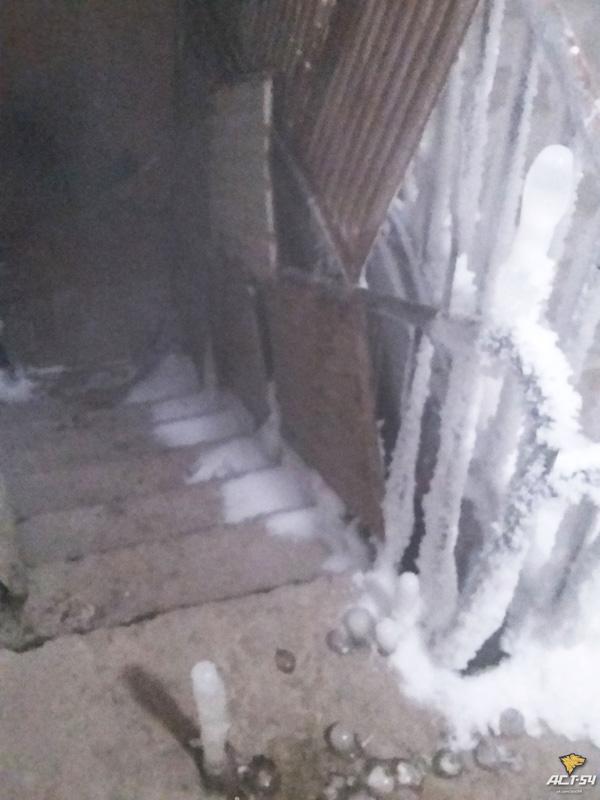 В Сибири подъезд жилого дома превратился в ледяную пещеру: фото и видео