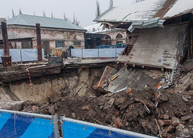 В Харькове задние провалилось под землю Фото: vodokanal.kharkov.ua