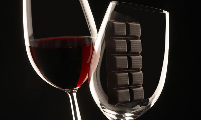 Химики-исследователи заявили: нужно регулярно пить красное вино и заедать черным шоколадом. Фото: revita.bg