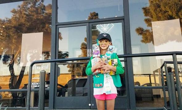 Девочка-скаут продавала печенье у магазина марихуаны