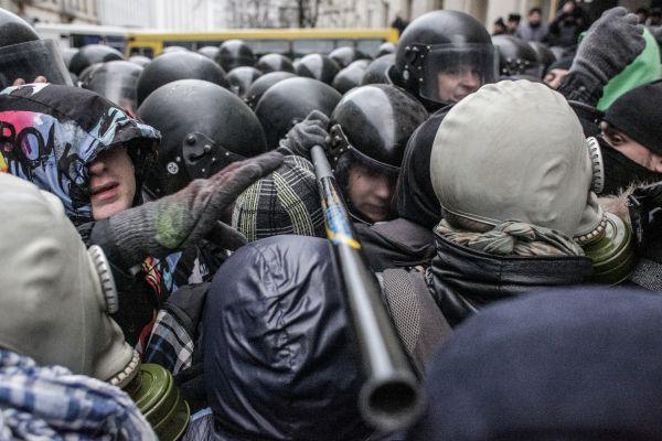 Стычка протествующих с правоохранителями во время Евромайдана