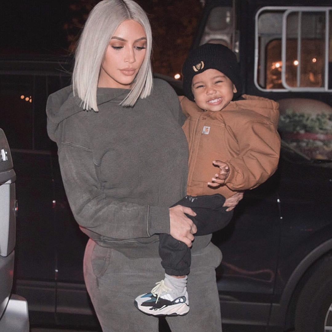 Ким Кардашьян позировала перед дочерью топлес