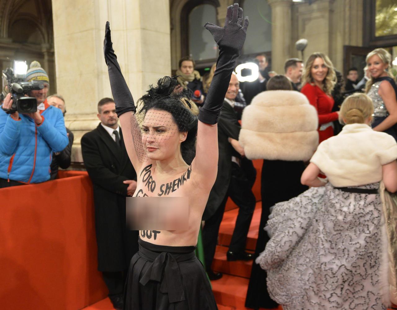 Феменка устроила Порошенко на балу неприятный сюрприз