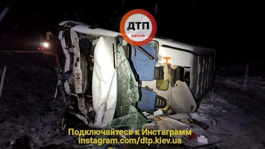 В ДТП под Киевом водитель и пассажир погибли мгновенно. Фото: dtp.kiev.ua