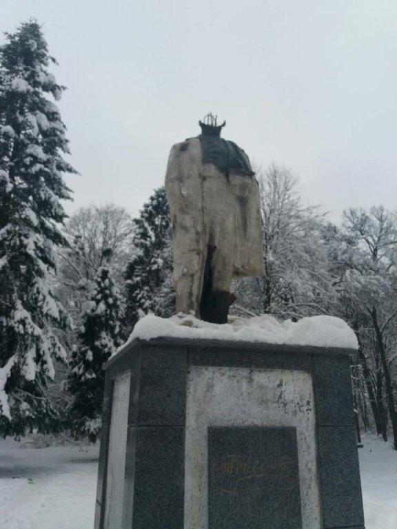 Памятник Тарасу Шевченко в Стрые остался без головы. Фото: Игорь Зинкевич/Facebook