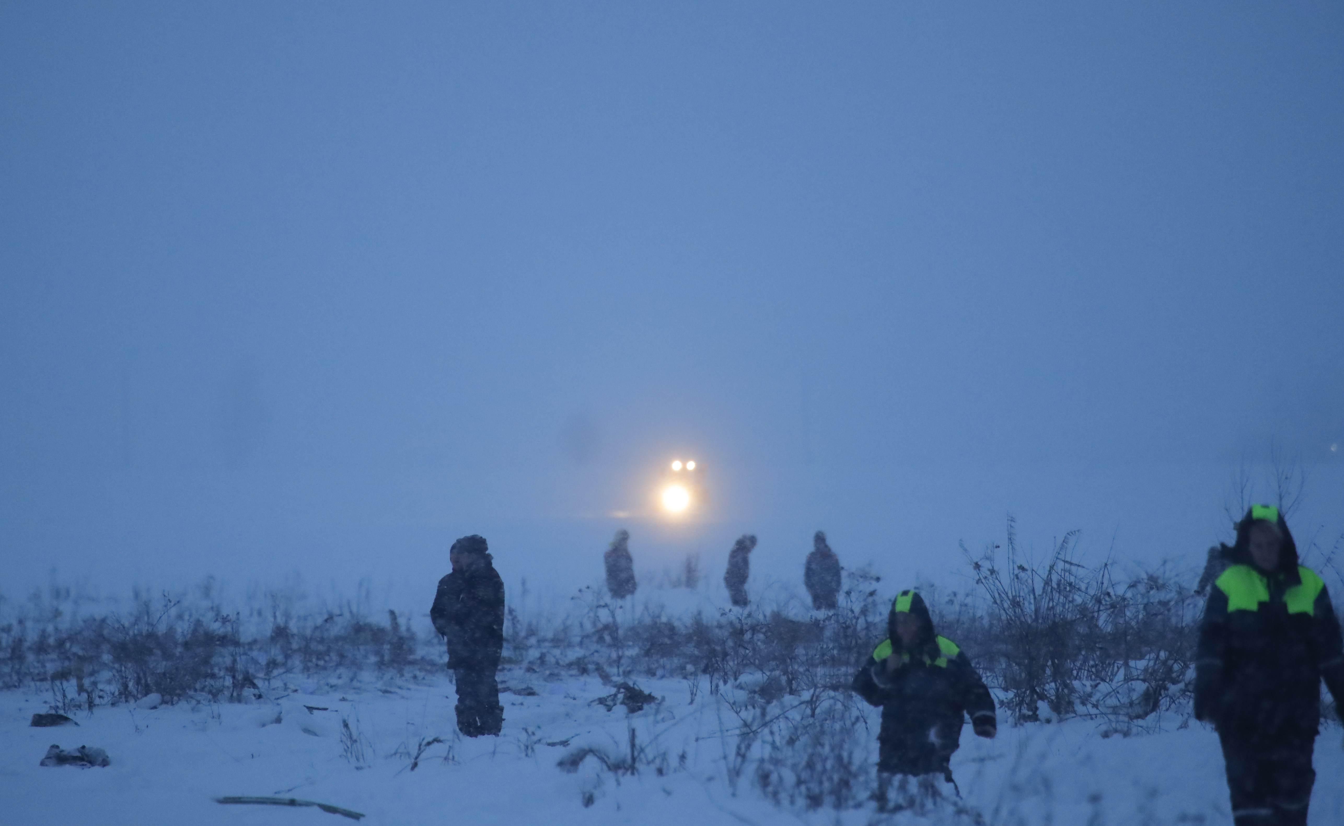 Спасатели обследуют территорию падения Ан-148.