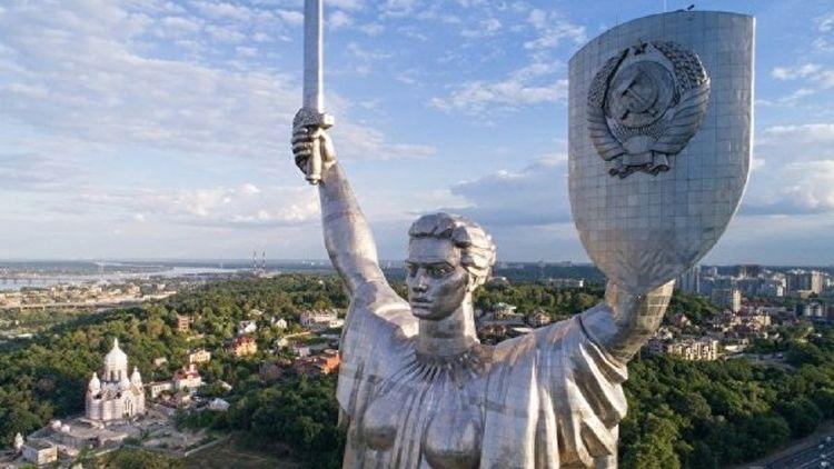 Демонтаж серпа и молота с монумента может обойтись в 8 млн гривен. Фото: УНИАН