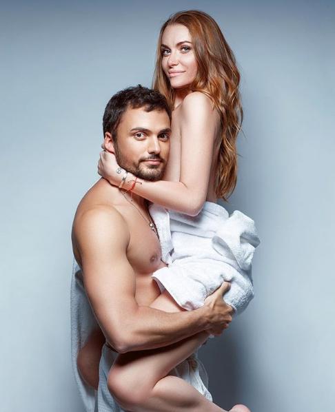 Слава Каминская и ее муж позировали обнаженными, но прикрыли интимные части тела полотенцами