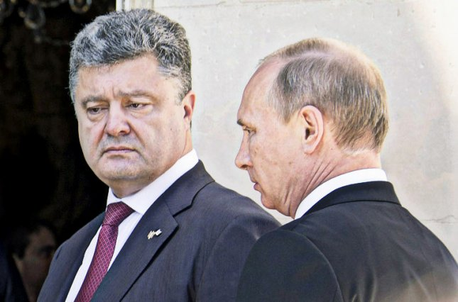 Петр Порошенко решил позвонить Владимиру Путину. Фото: elysee.fr