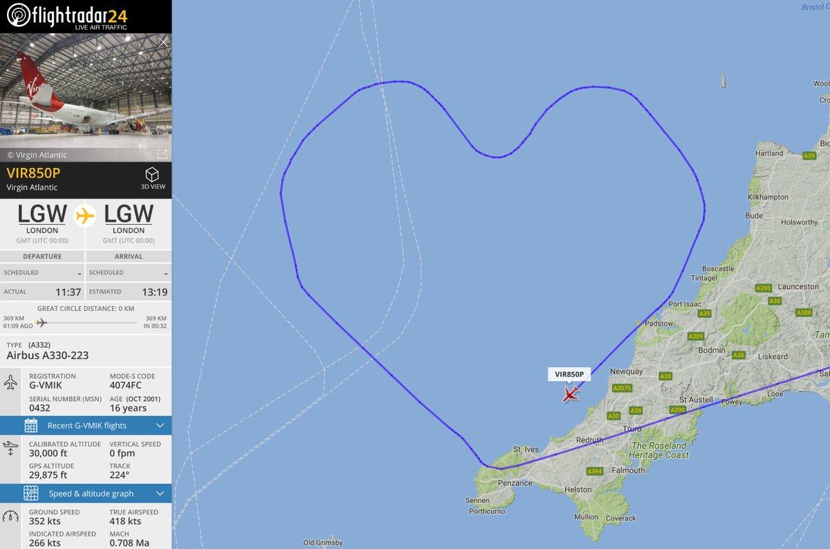 Самолет нарисовал гигантское сердце в небе над Британией