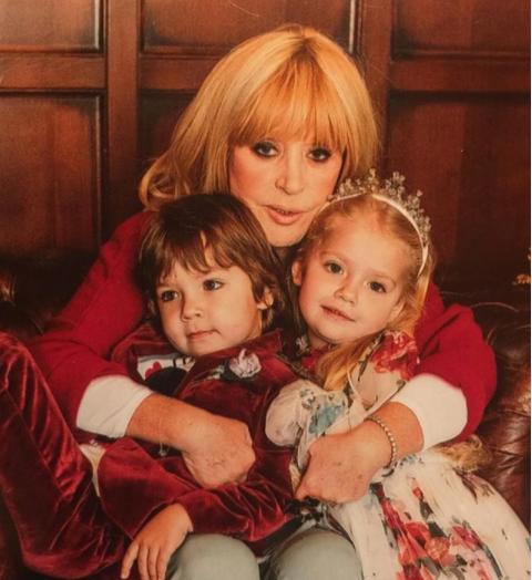Алла Пугачева с детьми Гарри и Лизой. Фото: instagram.com/alla_orfey