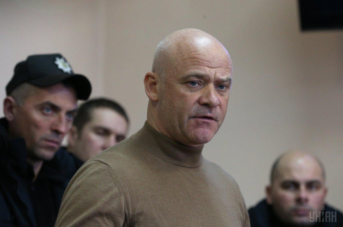 Мэра Одессы освобождали из зала суда под крики
