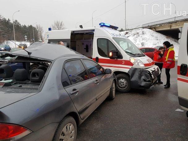 Масштабное ДТП под Киевом. В аварию попал бус с пограничниками, легковушка и скорая, фото, видео